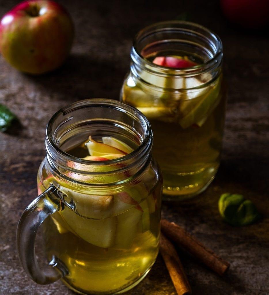 ocet jablkowy w szklance