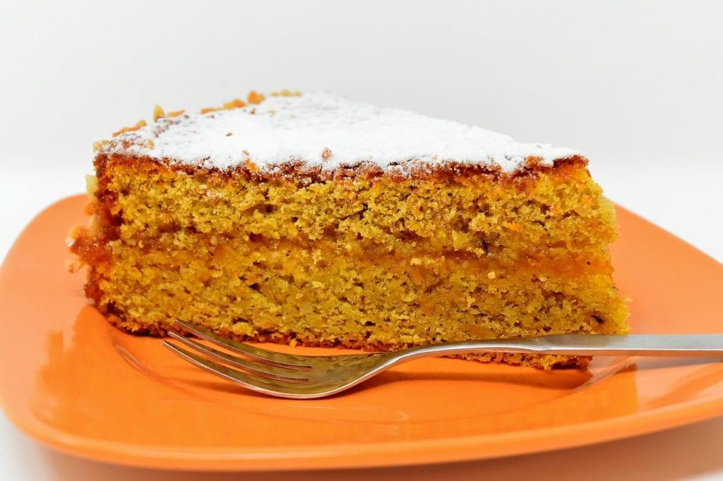 ciasto marchewkowe na talerzu