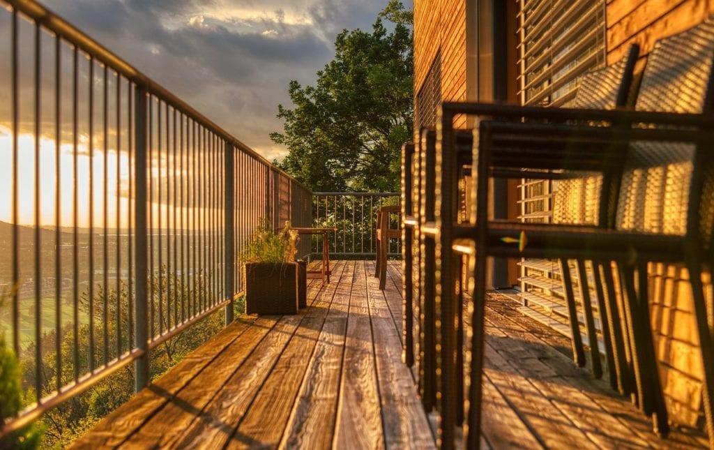 balkon z drewnianą podłogą