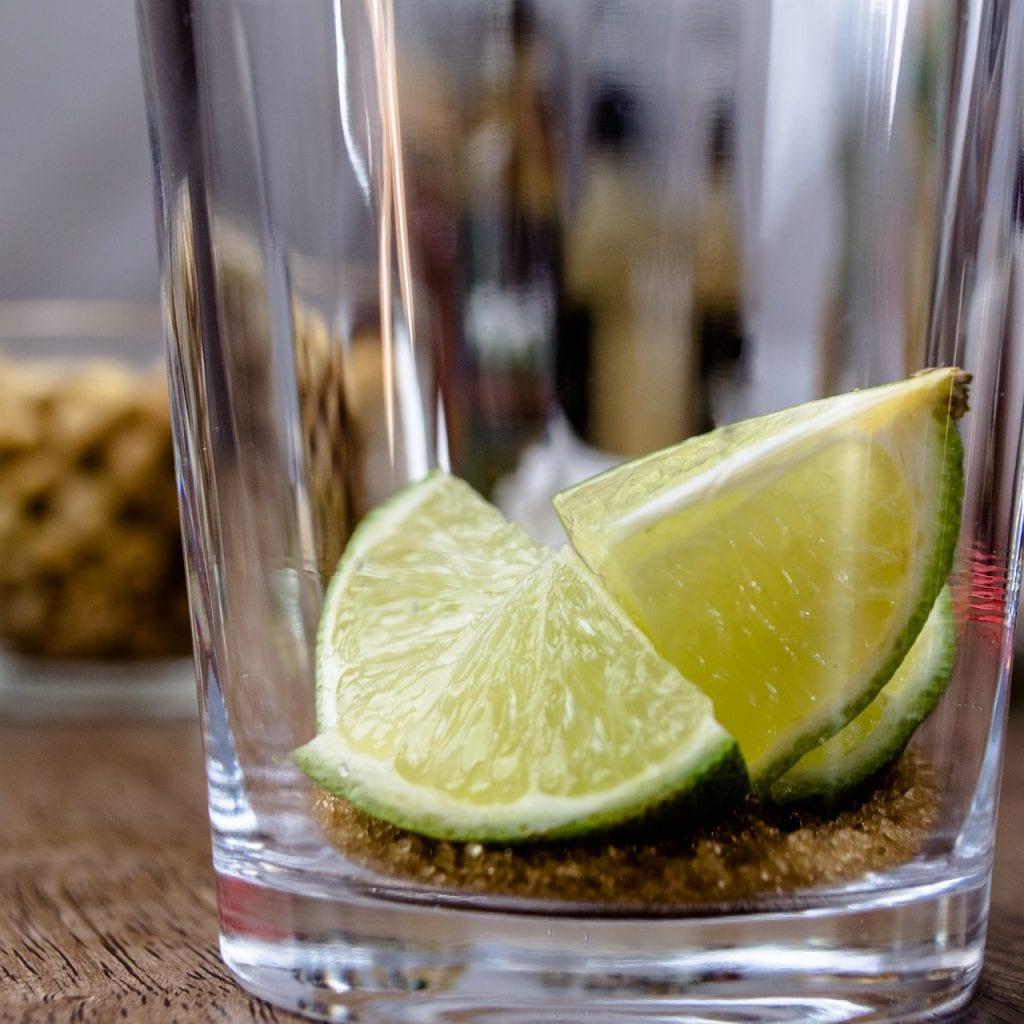 szklanka z limonką i cukrem