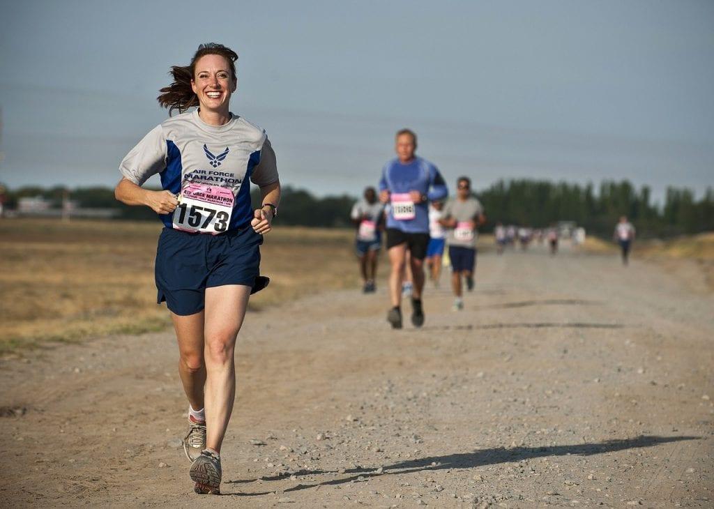 uśmiechnięty biegacz
