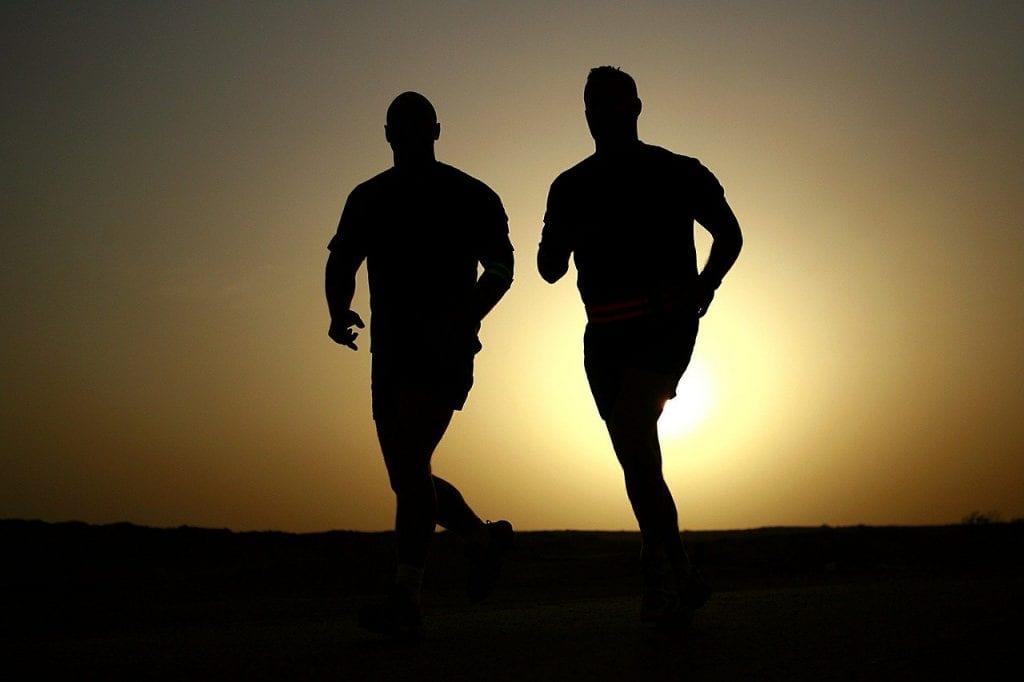 bieganie przy zachodzie słońca