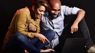 Wspólne oglądanie telewizji przez kobietę i mężczyznę.