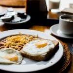 Jajka sadzone na talerzu.