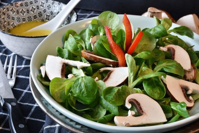 Pieczarki z sałatą i warzywami.