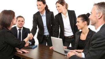 Ludzie podczas rozmowy w pracy.