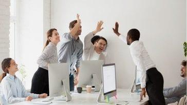 Praca zespołowa i wspólne wyrażanie radości.